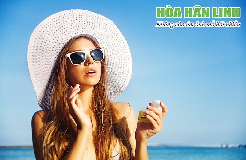 Người bị đổ mồ hôi nhiều nên đội mũ rộng vành khi ra ngoài trời nắng